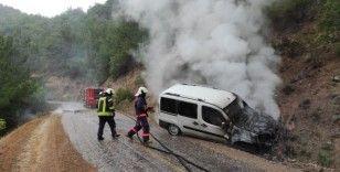 Otomobil yangını ormana sıçramadan söndürüldü