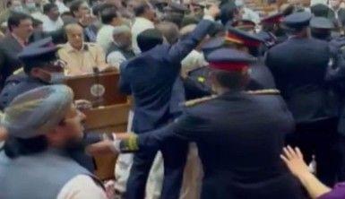 Pakistan Ulusal Meclisi'nde bütçe defterleri havada uçuştu
