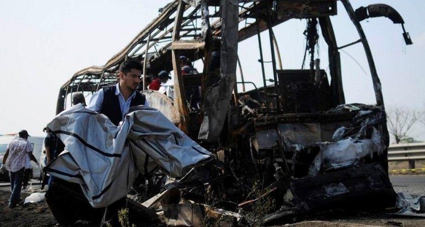 Meksika'da otobüs devrildi: 12 ölü, 13 yaralı