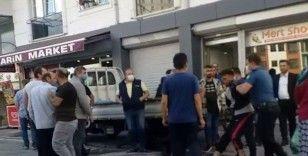 Bıçakla çevreye saldıran genci mahalleli tekme tokat dövdü