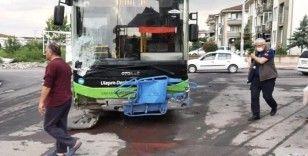 Belediye otobüsü ile kamyonet çarpıştı: 2 yaralı