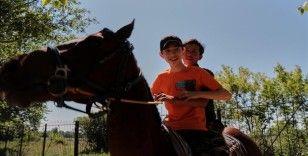 Kazakistan'da engelli çocuklar ata binerek tedavi oluyor
