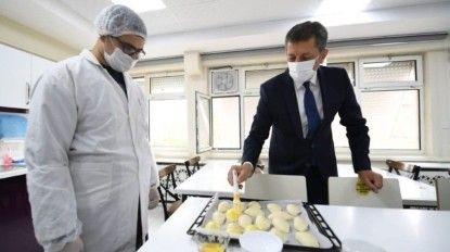 Bakan Selçuk, öğrencilerle pasta yaptı