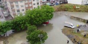 Sultangazi'de sağanak yağış sonrası araçlar mahsur kaldı