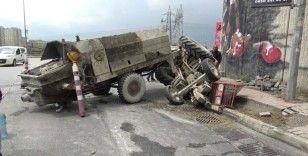 Başakşehir'de beton yüklü traktör devrildi