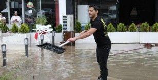 Ankara'da etkisini gösteren sağanak, iş yerlerinin kullanılamaz hale gelmesine neden oldu