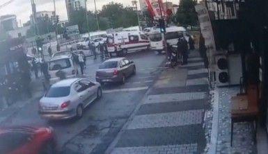 Maltepe'de kırmızı ışıkta karşıya geçen kişiye otomobilin çarptığı anlar kamerada