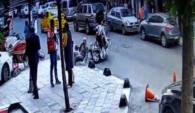 Motosikletin yaşlı adama çarptığı anlar kamerada