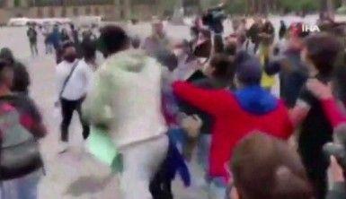 Kübalı protestocular ve Meksikalılar arasında tekmeli yumruklu kavga