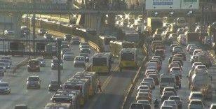 Metrobüs yaya çarptı: 1'i metrobüs içinde olmak üzere 2 yaralı