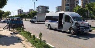 Servis otobüsü kamyonetle çarpıştı: 5 yaralı