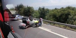 TEM'de park halindeki otomobile çarpan araç takla attı: 1 yaralı
