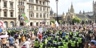 Londra'da aşı karşıtlarından protesto: 11 gözaltı