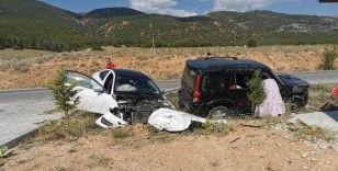 Otomobiller kafa kafaya çarpıştı: 1 kişi öldü, 2 kişi yaralandı