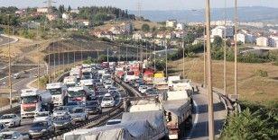 3 tırın karıştığı maddi hasarlı kaza TEM Otoyolu'nu kilitledi