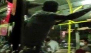 Otobüste tekmelerin havada uçuştuğu maske takma kavgası kamerada