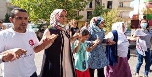 HDP il binası önünde kurban kesip davul zurna eşliğinde halay çekti