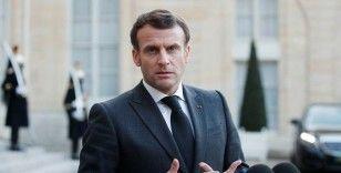 Macron, 'İtaat et ve aşı ol' sloganıyla Hitler'e benzetildiği afişler hakkında suç duyurusunda bulundu