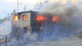 Adana'daki orman yangınında evler alevlere teslim oldu