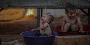 Suriye'deki kamplarda yaşayan siviller aşırı sıcaklarla da mücadele ediyor