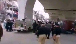 Pakistan'da polise el bombalı saldırı