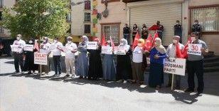 Evlatlarına kavuşan aileler sevincini HDP il binası önünde oturma eylemi yapan ailelerle paylaştı