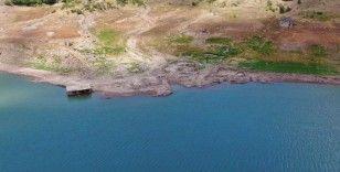 Baraj suları çekildi, 29 yıl önce sular altında kalan köy gün yüzüne çıktı