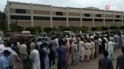 Karaçi'de vatandaşlar Covid-19 aşı merkezlerine hücum etti