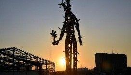 Beyrut Limanı'nda bir yıl önce meydana gelen patlamanın metal kalıntılarından anıt inşa edildi
