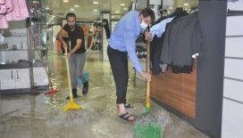 Yüksekova'da iş yerleri sular altında kaldı
