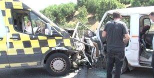 Sancaktepe'de hatalı sollama: 2 araca çarpan şoför araç içinde sıkıştı