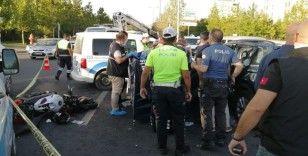 Son sürat giden motosiklet sürücüsü otomobile çarptı: 1 ölü, 2 yaralı