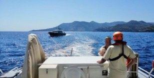 Kıyı emniyeti yanan teknedeki 4 kişiyi kurtardı