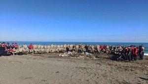 Selde kirlenen sahilin temizliğine Mehmetçik el attı