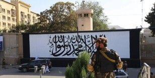 Kabil'de terk edilen ABD büyükelçiliğinin duvarına Taliban bayrağı çizildi