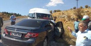 Otomobil ile minibüs çarpıştı: 11 yaralı