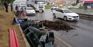 Belediye işçilerini taşıyan römork devrildi: 3 yaralı