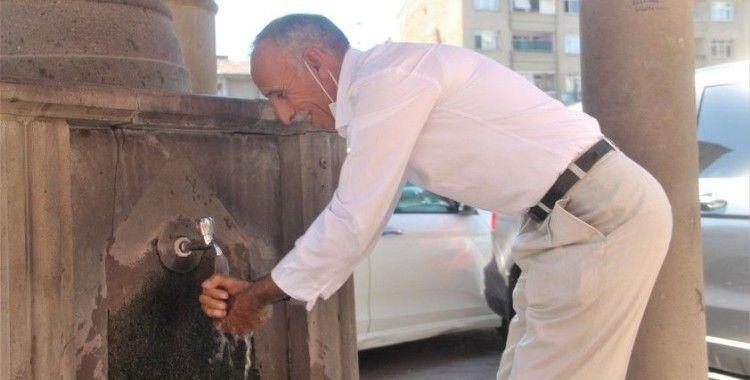 Termometrelerin 40 dereceyi gösterdiği Elazığ'da vatandaşlar gölgeliklere koştu