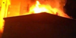 Esenyurt'ta düğünde atılan havai fişek çatıya düştü, çatı alev alev yandı