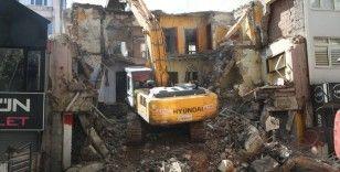 Gölcük depreminde ağır hasar gören bina 22 yıl sonra yıkıldı