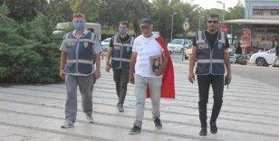 Elinde kızının fotoğrafı, sırtında Türk bayrağı ile Ankara'ya yürüyor