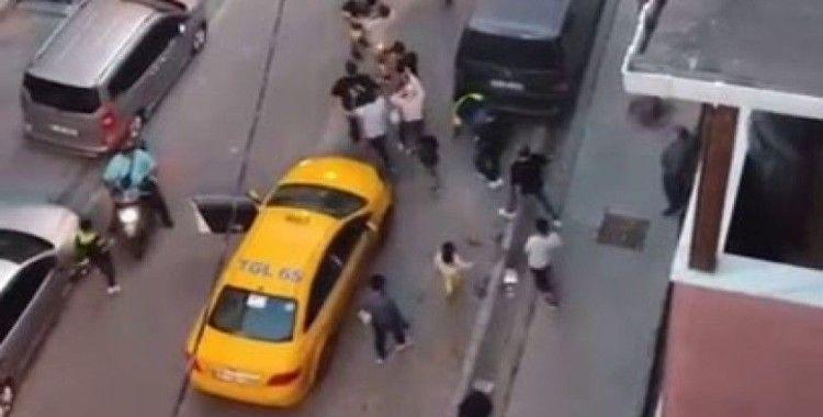 Esenyurt'ta taksiciyle müşterinin kavgası kamerada