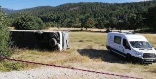 Tur otobüsü öğrenci servisine çarptı:1 ölü, 49 yaralı