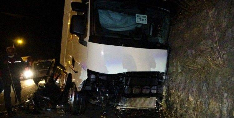 Hatalı sollama ölümü getiriyordu...Tır ile otomobil kafa kafaya çarpıştı: 4 yaralı