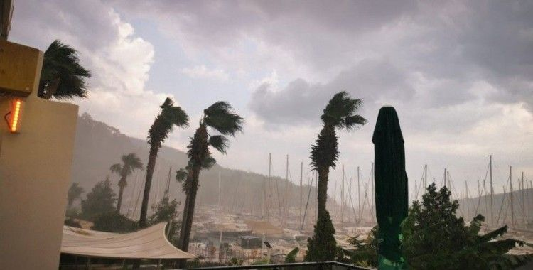 Marmaris'te dolu ile karışık sağanak yağış hayatı olumsuz etkiledi