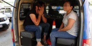Teslim edeceği silahlarla parkta yakalanan kadın kurye neye uğradığını şaşırdı