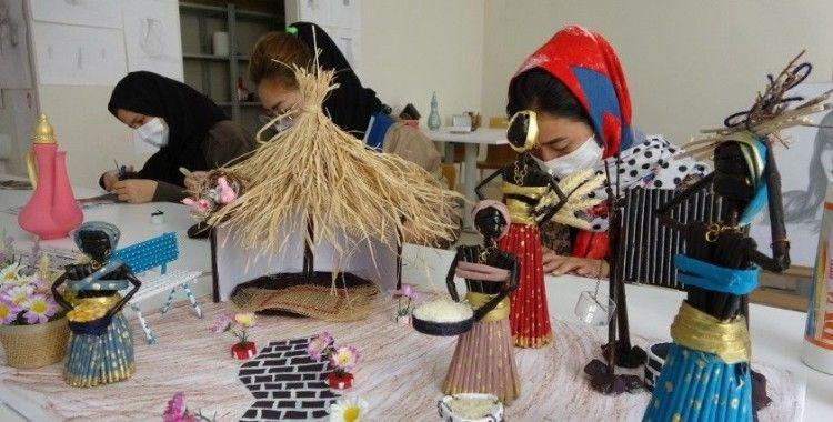 Afgan 3 kız kardeş geri gönderme merkezinde el sanatı yapıyor