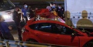 Tıra çarpıp paramparça olan otomobilden cansız bedeni çıkarıldı
