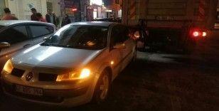 Sürücünün el frenini çekmeyi unuttuğu kamyon otomobile çarptı
