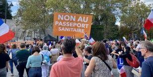 Fransa'da hükümetin Kovid-19 ile mücadele politikasına karşı çıkanlar yine sokaklarda